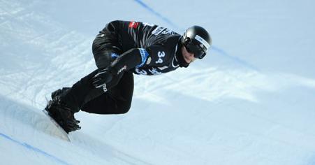 Konsti Schad auf seinem Snowboard.
