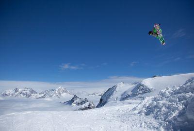 Konstantin Schad beim Springen vor einer Schneelandschaft