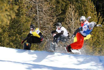 Konsti Schad springt mit anderen Snowboarder.