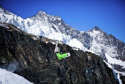 Konsti Schad im Sprung vor Bergen